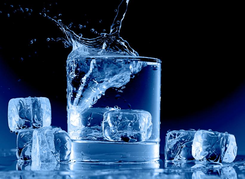 талая вода в стакане