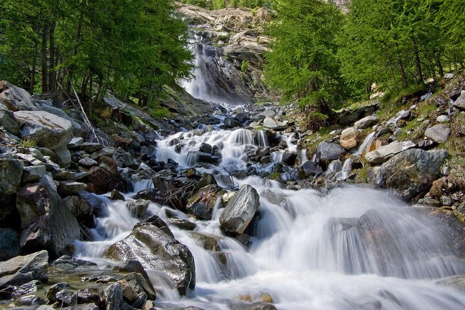 питьевая чистая вода поток